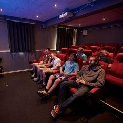 Eleverne ser film i vores egen biograf